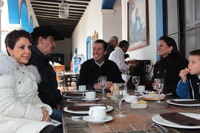 Se reúne Miguel Márquez Márquez con el ex – presidente de México, Vicente Fox Quesada, en la comunidad de San Cristóbal, en donde ambos políticos desayunaron acompañados de sus esposas.