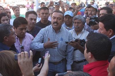 los ánimos se caldearon cuando el alcalde Hugo García Carmona, seguido por el síndico, Ramón Salazar, de los regidores Ernesto Subías y Ventura Morales, así como los miembros de Contraloría, bajaron de la alcaldía y se enfrentó a Alanis y sus seguidores