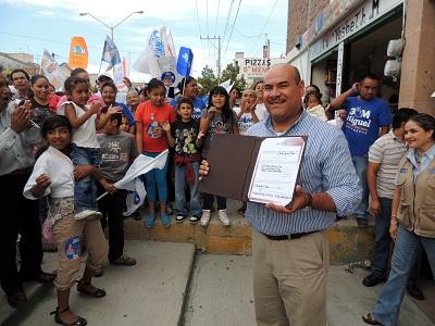 Juan Antonio Acosta Cano recibió su constancia de mayoría