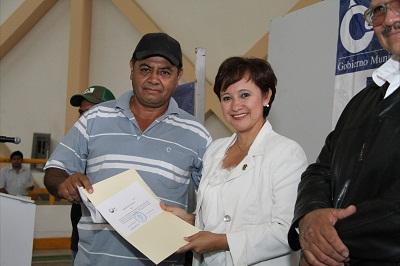 La entrega fue realizada por la alcaldesa Rubí Laura López quien felicitó a los beneficiarios
