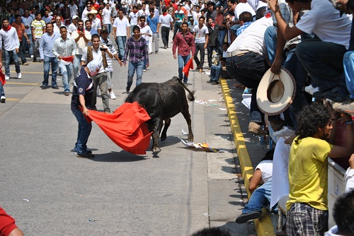 El primer toro corneo a una persona