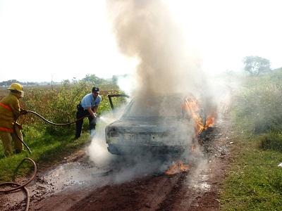 Los bomberos lograron apagar rápidamente el vehículo en llamas