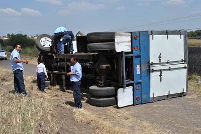 Se registra un accidente de transito en la carretera Salvatierra Acámbaro, donde se vieron involucrados, un camión, una camioneta y un automóvil compacto