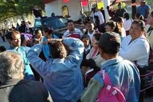Padres de familia en desacuerdo con la huelga defienden los derechos de sus hijos