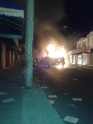 Los disturbios continuaban por la noche, le prendieron fuego a un camión.