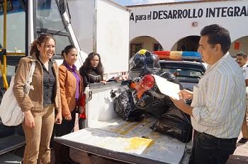 El Inspector de Tránsito y Transporte de Acámbaro, Antonio Trujillo Alvarrán, entregó a las autoridades del DIF Municipal, los juguetes que proporcionaron los concesionarios de transporte público de la localidad.