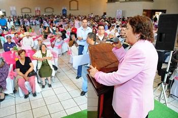 Ante más de mil adultos mayores de 10 municipios del Estado reunidos en la Verbena Regional, Maru Carreño de Márquez, presidenta del Sistema DIF de Guanajuato, exhortó a este sector de la sociedad a transmitir su experiencia y sabiduría a la nuevas generaciones a favor de un Guanajuato que sea orgullo de todos.