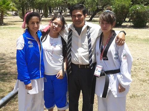 Las chicas entrenan con el profesor Cedillo.