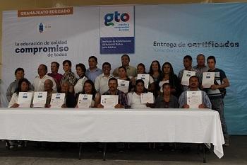Personas de Moroleón, Uriangato y Yuriria recibieron su certificado.