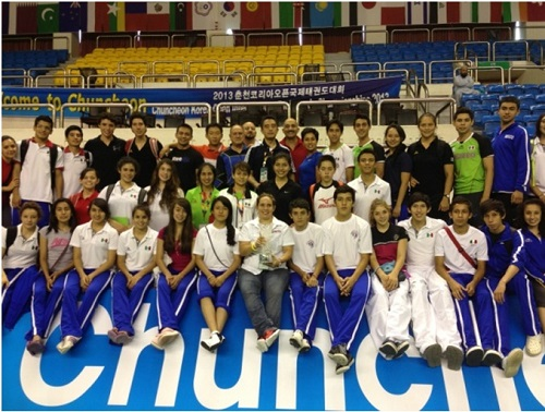 En la fila de abajo Marlén es la primera de derecha a izquierda y Michelle, está en la misma línea, es la quinta de izquierda a derecha de playera roja.