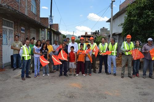 En ambos arranques el alcalde Juan Manuel Guzmán estuvo acompañado de funcionarios municipales, estatales, vecinos y beneficiarios de las obras.