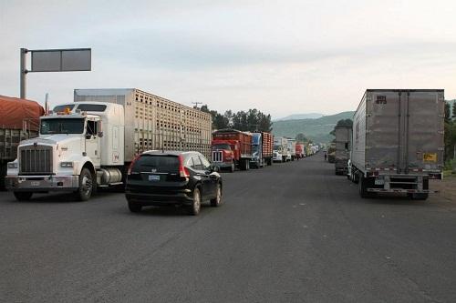 Con cajas de tráiler atravesadas en la carretera impidiendo el libre tránsito, se manifestaron.