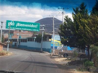 San José Otonguitiro colinda con el vecino estado de Michoacán.