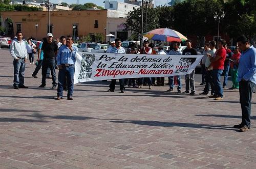 Maestros michoacanos pertenecientes a la sección 18 de la CNTE, se manifestaron en estos dos municipios para dar a conocer su rechazo a la Reforma Educativa.