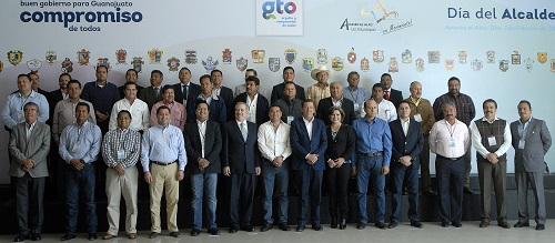 Con el respaldo de alcaldes de Guanajuato, el gobernador, Miguel Márquez, firmó la Iniciativa de Reforma a la Constitución del Estado para prohibir el uso de suelo destinado a centros de apuestas y juegos de azar.