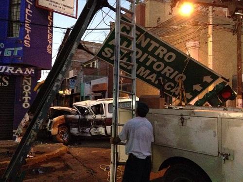 Cuantioso daños materiales dejó el percance en la esquina de Madero y Urrutia.