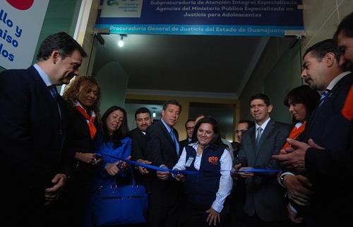 Durante la inauguración, el ejecutivo estatal también entregó tres vehículos a los y las trabajadores de la Unidad de Atención Integral de la Mujer