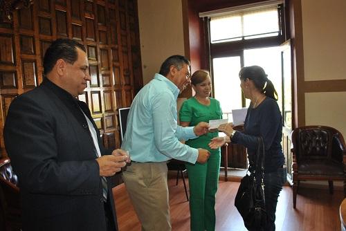Se entregaron en la sala de cabildo beneficiando directamente 21 personas a quienes se les otorgó un crédito por diez mil pesos a cada uno, con el objetivo de impulsar los negocios.