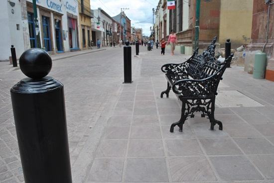 Las bancas y los bolardos fueron colocados en la calle Miguel Hidalgo que tuvieron un costo superior de 154 mil pesos.