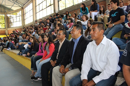En el lugar se dieron cita cientos de jóvenes de la preparatoria oficial, perteneciente a la Universidad de Guanajuato, quienes escucharon el mensaje de bienvenida de las diferentes personalidades, para posteriormente escuchar las melodías interpretadas por León de Marco.