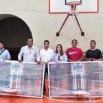 llevó a cabo la entrega de dos tableros de posiciones y 100 balones para la práctica del básquetbol a las ligas de dicha disciplina en el municipio.