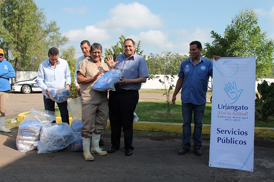 A cada trabajador se le dieron cinco pantalones y cinco camisas para en total entregar 115 pantalones, 125 camisolas y cinco overoles.