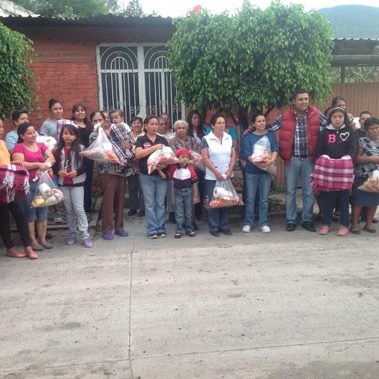 Recientemente resultaron beneficiados habitantes de las comunidades de Urireo y Santo Tomas Huatzindeo, donde apoyo primeramente el equipo de futbol infantil de la colonia progreso de la entidad de Urireo , los cuales recibieron uniformes deportivos.