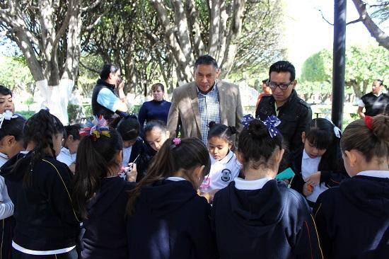 """En los talleres de ciencia de las """"jornadas estatales de ciencia"""" acudió el presidente municipal de Salvatierra."""