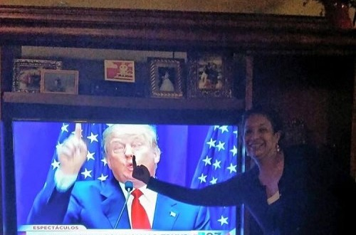 """Diputada Federal por Guanajuato le muestra el dedo de en medio a foto de Donald Trump"""""""