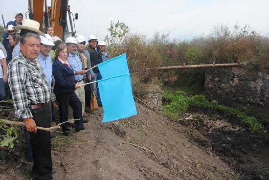 El primer edil hizo un recorrido por los arroyos, donde dio el banderazo de inicio de los trabajos acompañado por regidores, sindico, el director de Desarrollo Agropecuario, agricultores y ciudadanía en general.