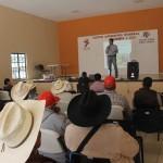 El director de desarrollo rural José Manuel García Flores y personal de la Secretaria de Desarrollo Agroalimentario y Rural (SDAYR), brindaron una capacitación a los campesinos sobre los beneficios económicos que tendrán si optan por dicha siembra