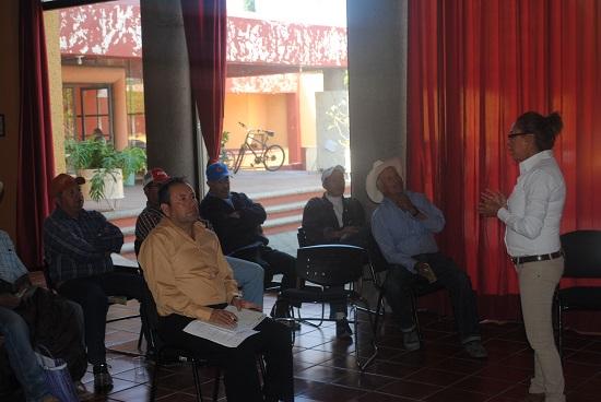 La conferencia fue impartida por la Ing. Juana Flores Martínez y el Ing. José Segundo González, pertenecientes al comité estatal de sanidad vegetal (CESAVEG). Cabe mencionar que en una visita de inspección realizada por personal de Desarrollo Rural se detectó que ya en varias parcelas del municipio se venía desarrollando este tipo de plaga, por lo que en lo inmediato se buscó la manera de informar a los campesinos sobre el tema y así brindarles las herramientas y los conocimientos necesarios para poder combatir esta situación.