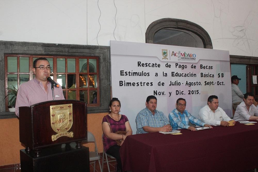 En seguida las autoridades municipales hicieron entrega del pago a los estudiantes en compañía de sus padres.