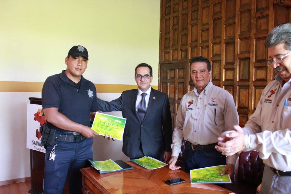 En sala de cabildo, el alcalde en compañía de, Gustavo Rodríguez Junquera, OMBUSDMAN, de Derecho Humanos , entregaron reconocimientos a 81 policías que concluyeron el seminario de Derechos humanos y uso legítimo de la fuerza, el cual inicio el 2 de marzo de este año.