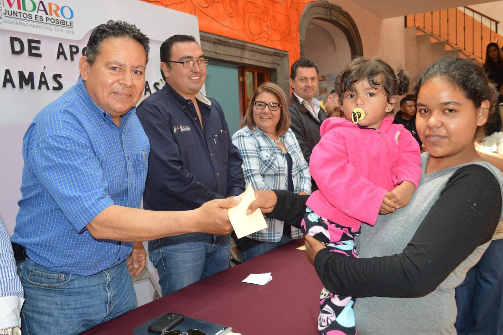 Se beneficia a 150 mamás y papás gracias a una inversión municipal de más de 60 mil pesos en base a un apoyo económico bimensual, así lo dio a conocer Gerardo Alcántar Saucedo.
