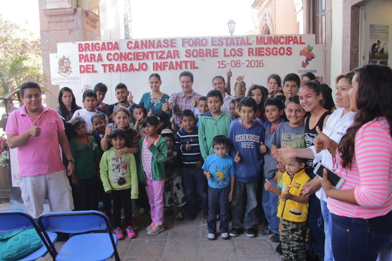 Ivonne Martínez Rodríguez, presidenta del DIF en Salvatierra, mencionó que es muy perjudicial que niños anden trabajando o pidiendo ayuda en las calles ya que esto les afecta su infancia, su intelecto y su dignidad