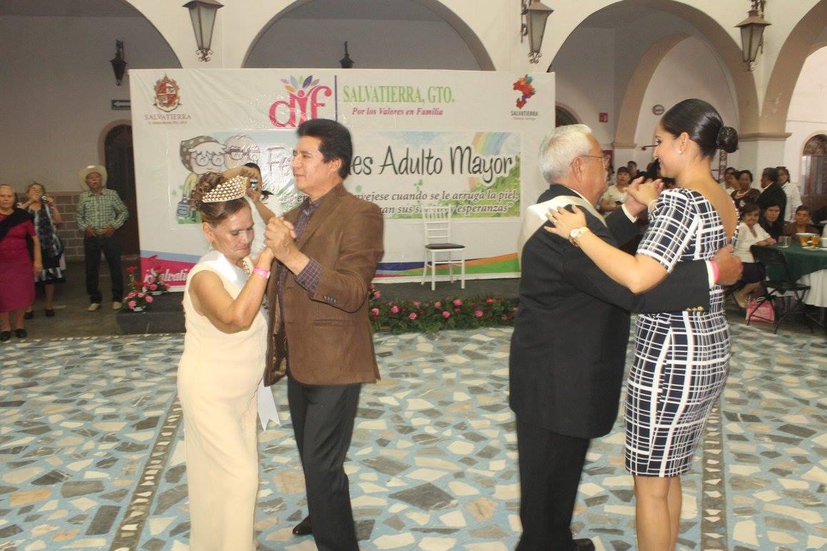 Dentro del evento las autoridades municipales coronaron a la reina y rey del adulto mayor 2016 siendo en esta ocasión Judith Medina Maldonado y Roberto Domínguez Gómez , así mismo degustaron de una deliciosa comida, partieron el pastel conmemorativo por el día y disfrutaron de la presentación de un grupo musical