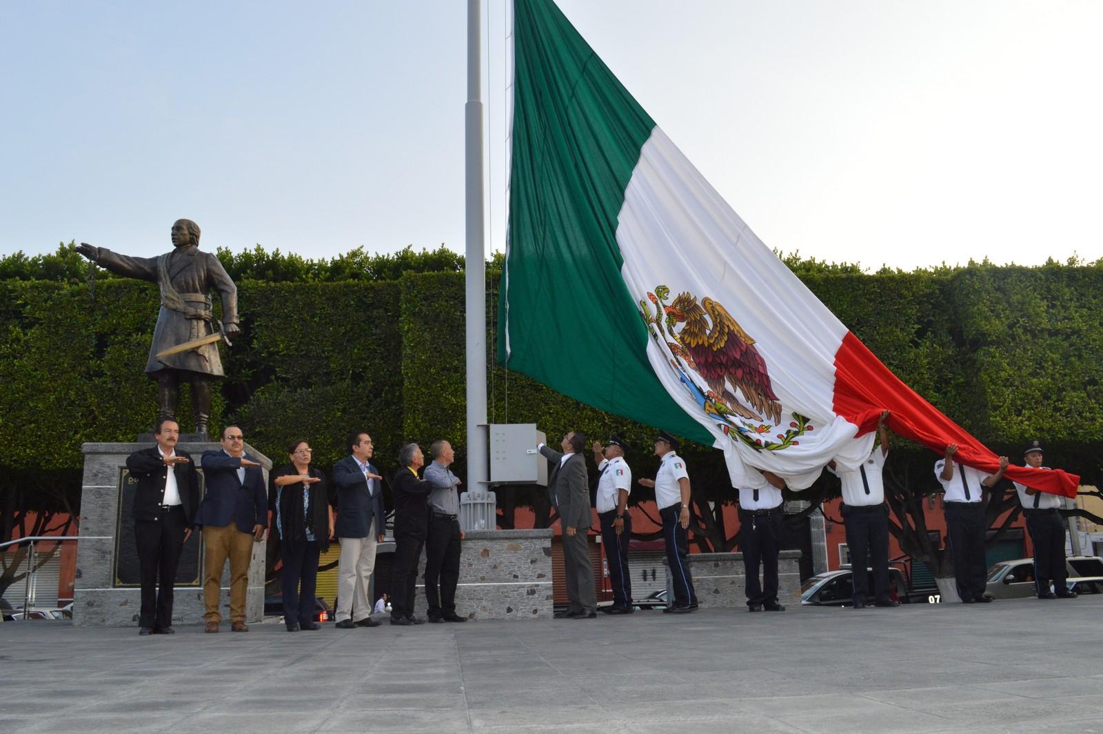 """Por la mañana, el munícipe en compañía de los miembros de su gabinete, izaron la Bandera Nacional a media asta en la Plaza Cívica """"Miguel Hidalgo"""", recordando esta gesta heroica; posteriormente en el monumento a los Niños Héroes, rindieron los respectivos honores a la bandera, colocando una ofrenda floral y guardia de honor ante dicho obelisco."""