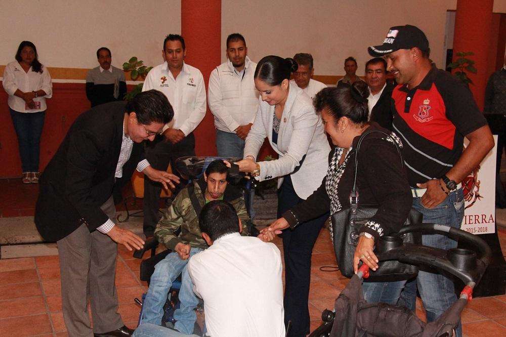 entregaron una silla de ruedas ortopédica al joven Cruz Guadalupe Ortiz Zamora