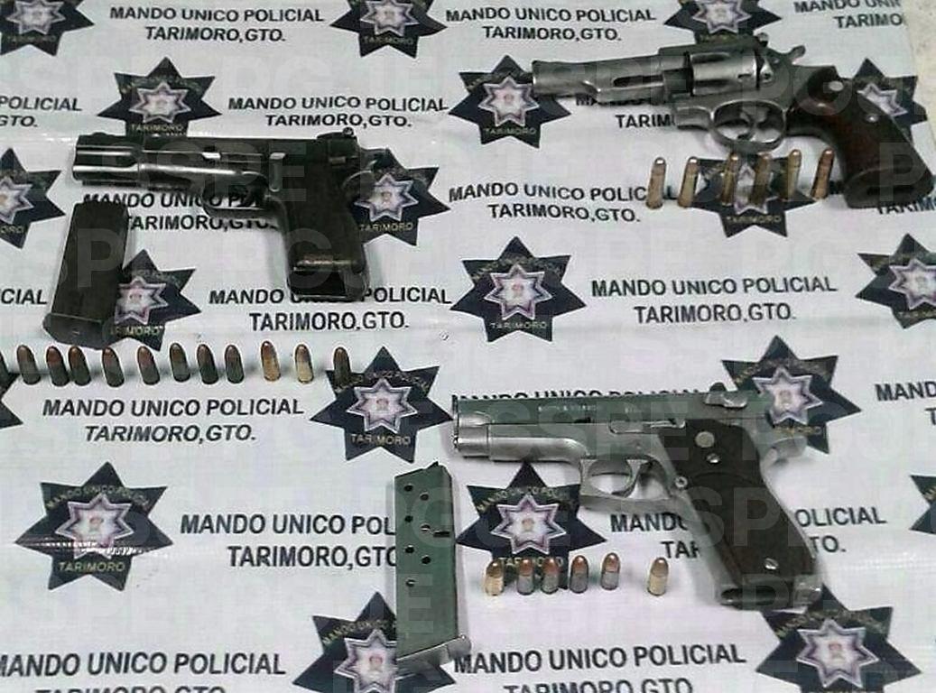Luego de una revisión a los vehículos, en las cabeceras de la camioneta blanca fueron encontradas dos armas cortas, siendo una marca Browning, calibre .9 mm, color negro con 13 cartuchos útiles. También fue encontrado un revólver calibre .357 Magnum, cromada con seis cartuchos útiles.