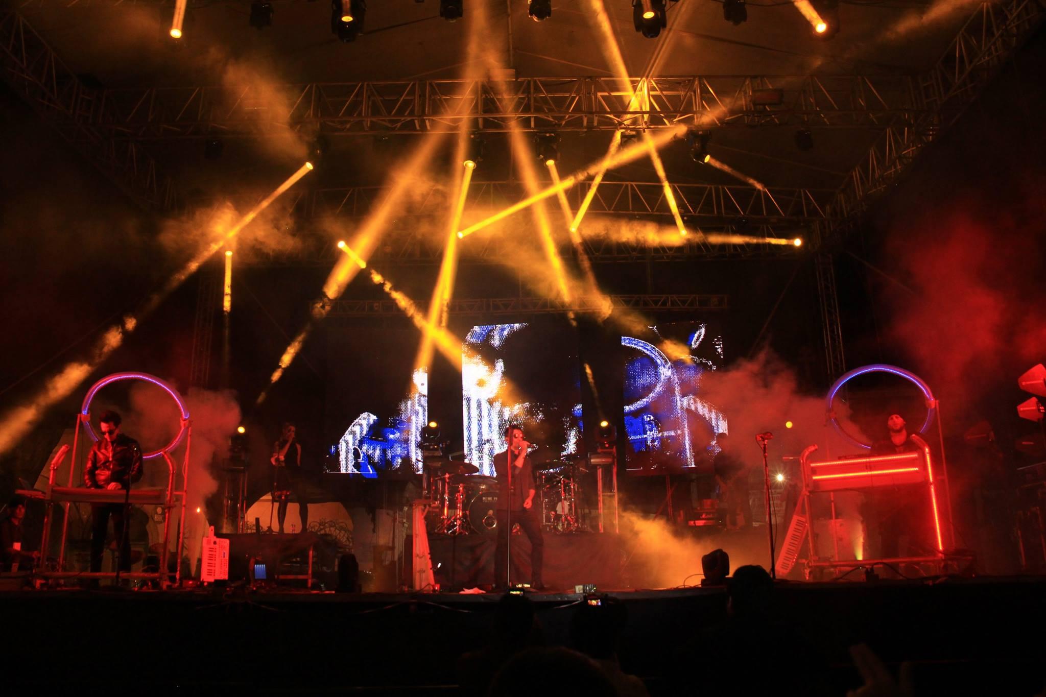El reconocido grupo de rock pop Moenia, fueron los encargados de poner durante casi 2 horas a cantar y bailar con cada uno de sus éxitos a los miles de asistentes que abarrotaron la explanada del Carmen