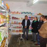 Decenas de personas de la comunidad recibieron a las autoridades municipales y federales a las afueras del establecimiento a inaugurar