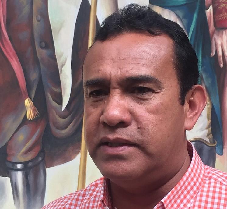 """El alcalde Hugo Estefania dio a conocer medidas de austeridad que se aplicarán en su administración, para compensar el """"gasolinazo"""" con más eficiencia y racional presupuesto."""
