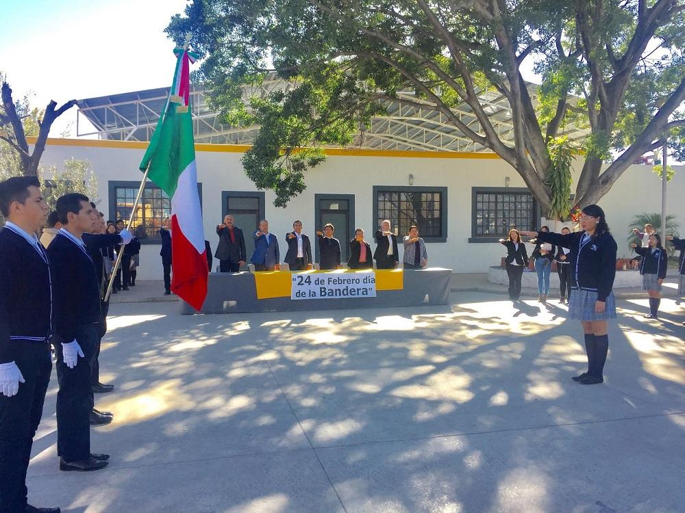 En el Día de la Bandera se hicieron los honores al Lábaro Patrio, en una ceremonia en el Centro Cultural por las autoridades municipales encabezados por el alcalde Hugo Estefanía.