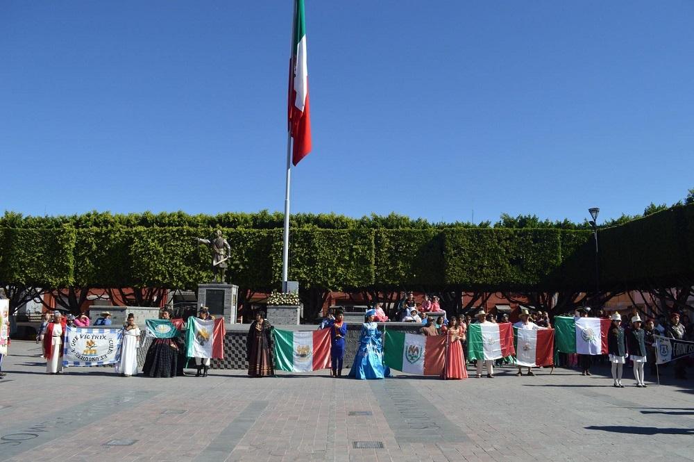 Con la participación de las escoltas de Seguridad Pública, del Ejército mexicano y de las escuelas presentes se rindieron los honores a la