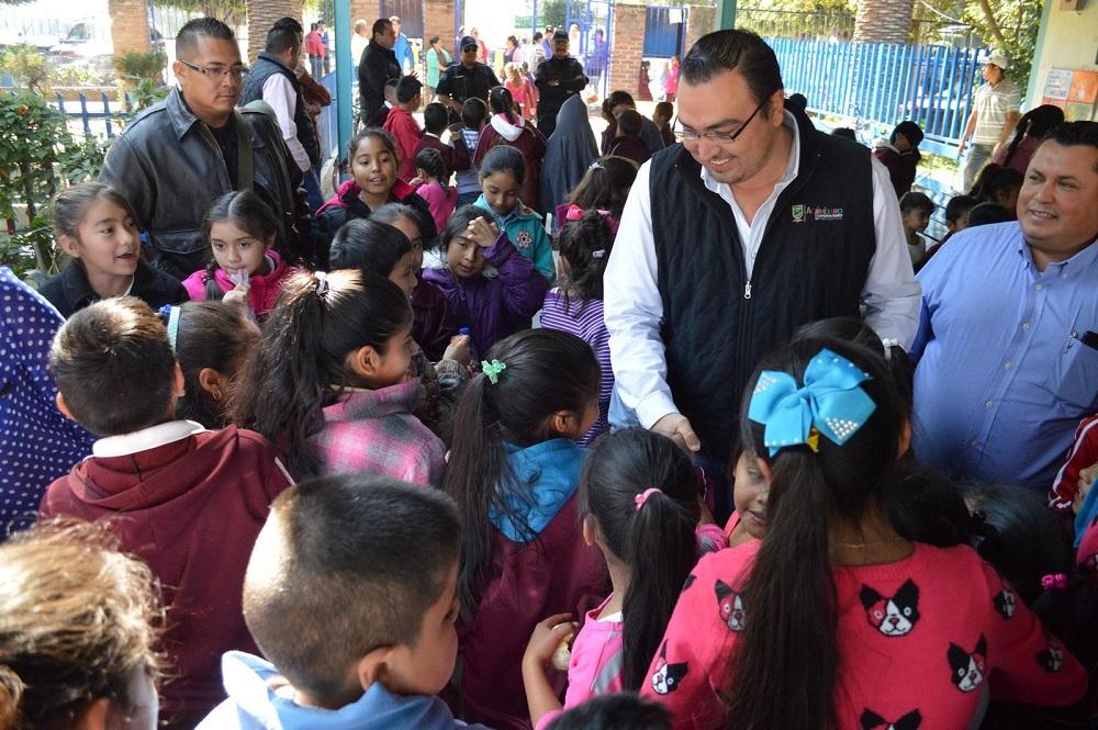 Invito a los alumnos a que cuiden su escuela y que se esfuercen en sus clases