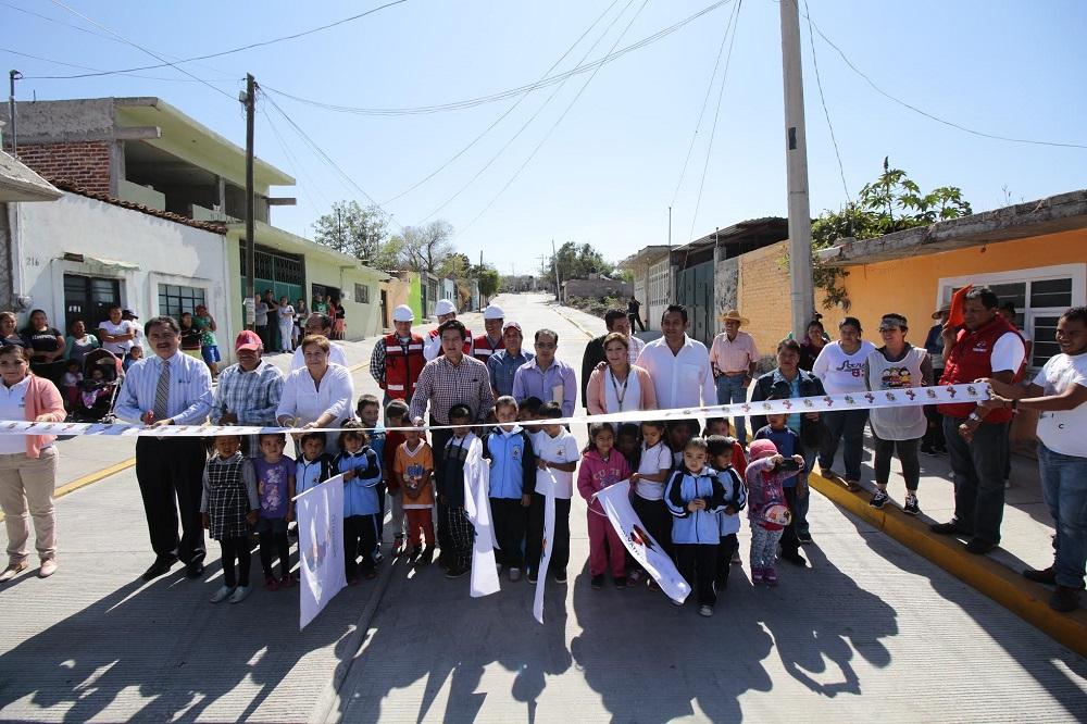 De igual manera las autoridades municipales inauguraron la pavimentación de la calle Acacias, en la colonia la Esperanza