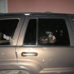 Se dijo extraoficialmente que sujetos a bordo de un vehículo desconocido dispararon en contra de una camioneta Cherokee de color café.