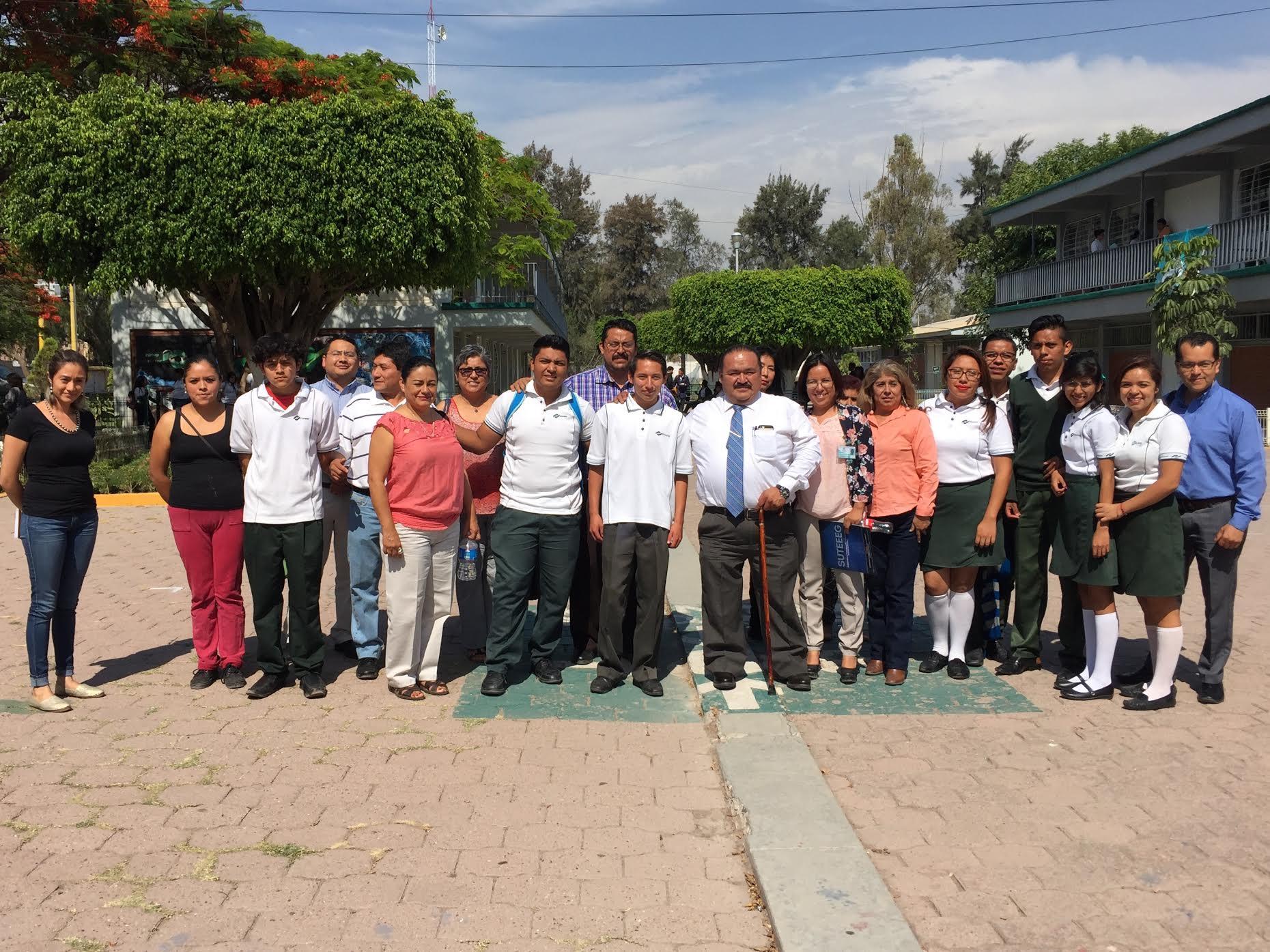 El director del Conalep, Gerardo Ramírez junto con todos los docentes, desarrollan sus actividades con profesionalismo para dar egresados profesionales, con valores y hombres y mujeres de bien.