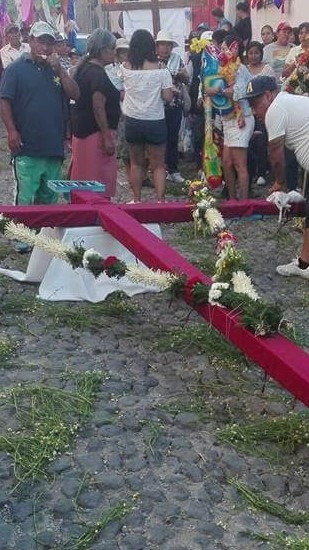 Antes de ser trasladada al templo, vecinos del lugar, organizan el recibimiento y la velación de la cruz